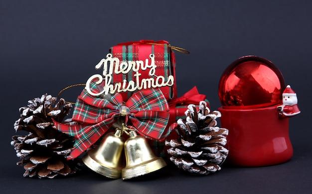Geschenken en decoraties op eerste kerstdag met zwarte achtergrond.