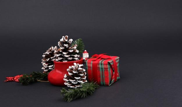 Geschenken en decoraties op kerstavond met zwarte achtergrond.