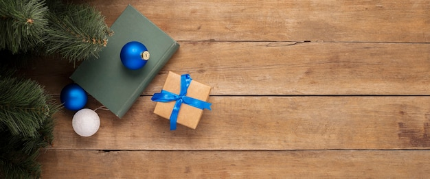 Geschenken en kerstversiering onder de kerstboom op een houten achtergrond. banier. plat lag, bovenaanzicht.