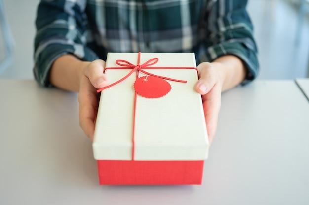 Geschenken geven aan dierbaren op belangrijke festivals. kerstdag, nieuwjaarsdag,