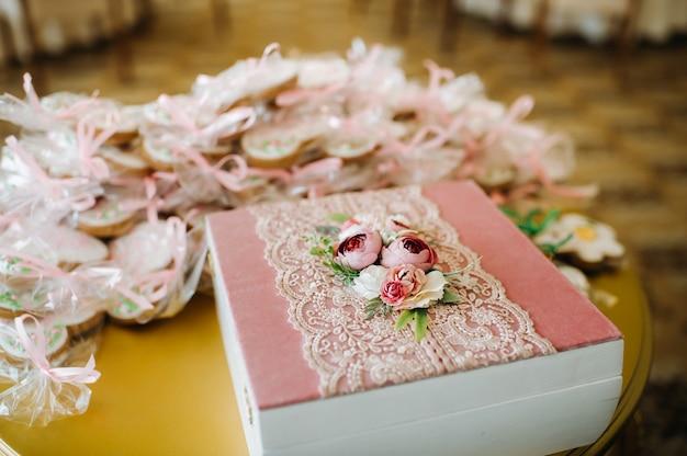 Geschenken in dozen voor de gasten die op de bruiloft waren verzameld.