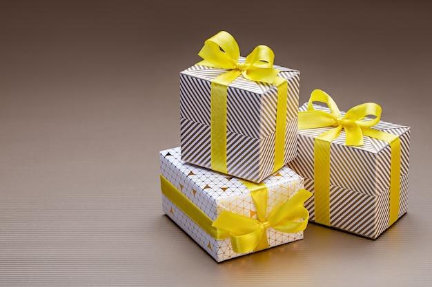 Geschenken in veelkleurige kerstverpakkingen, met linten en strikken. close-up, kopieer ruimte.