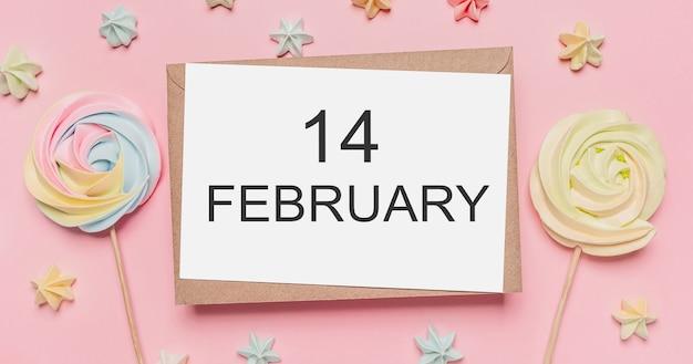 Geschenken met notitie brief op geïsoleerde roze achtergrond met snoep, liefde en valentijn concept met tekst14 februari