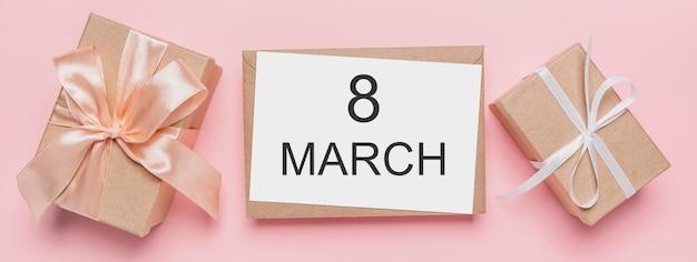 Geschenken met notitiebrief op geïsoleerde roze achtergrond, liefde en valentijnskaartconcept met tekst 8 maart