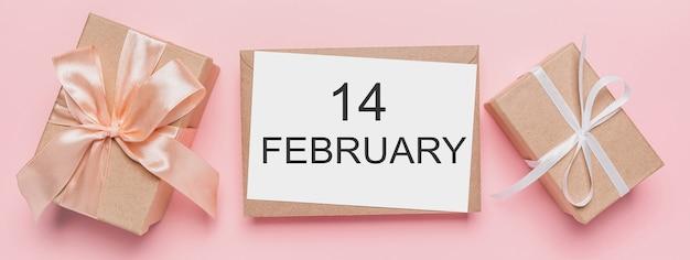 Geschenken met notitiebrief op geïsoleerde roze achtergrond, liefde en valentijnskaartconcept met tekst14 februari