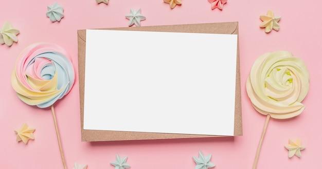 Geschenken met notitiebrief op geïsoleerde roze ruimte met snoep, liefde en valentijnskaartconcept