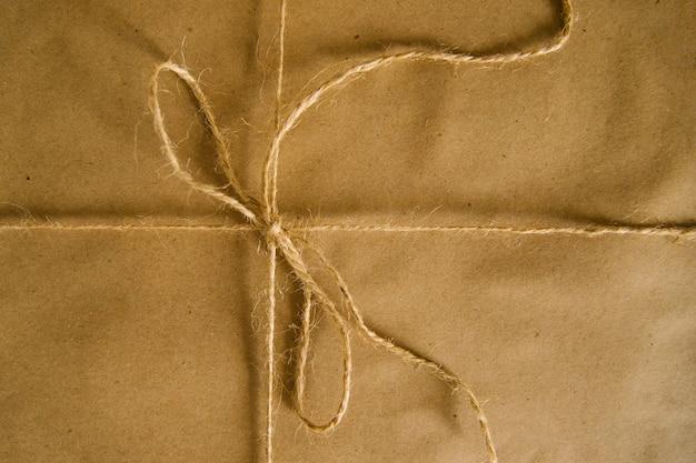 Geschenken of postpakket verpakt in kraftpapier. eenvoudige verpakking voor de vakantie.