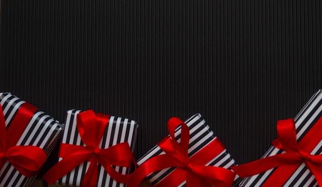 Geschenken op de zwarte achtergrond