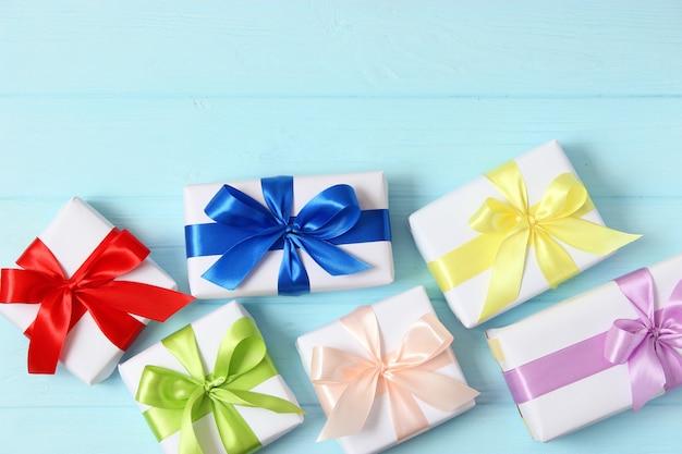 Geschenken op een gekleurde achtergrond vakantie cadeaus geven verjaardag