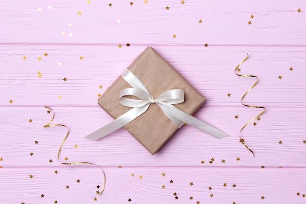 Geschenken op een lichte achtergrond, confetti en linten. plaats voor tekst. feestelijke achtergrond. hoge kwaliteit foto
