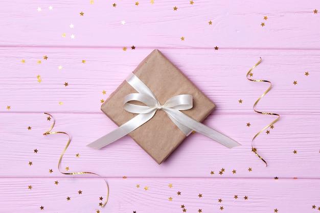 Geschenken op een lichte achtergrond, confetti en linten voor tekst