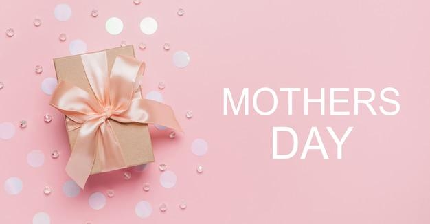 Geschenken op roze achtergrond, liefde en valentijn concept met tekst moederdag