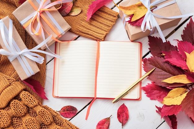 Geschenken op tafel met een geopend notitieboekje.