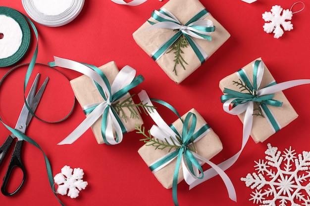 Geschenken versieren met linten voor kerstmis. tweede kerstdag.