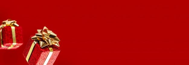 Geschenken vliegen in de lucht op een rode achtergrond. uitverkoop. levitatie concept. kerst lay-out met kopie ruimte.