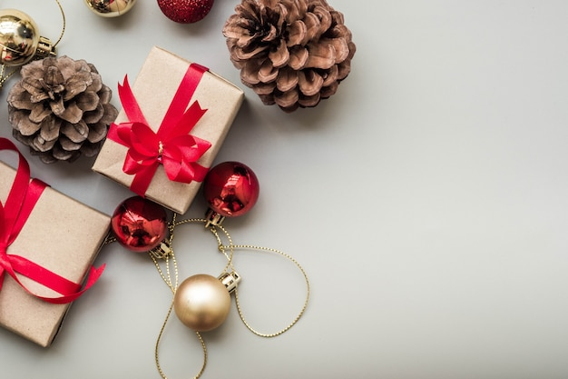 Geschenken voor speciale momenten plat leggen kopie ruimte grijze achtergrond