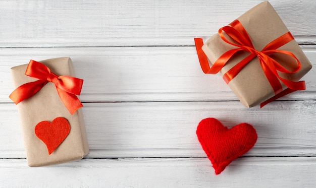 Geschenken voor valentijnsdag voor hem en voor haar met een kopie ruimte in het midden