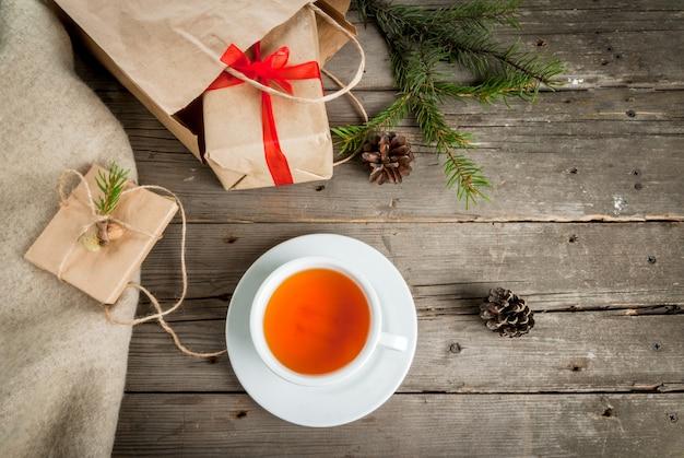 Geschenkverpakking en brieven, kaarten voor kerstgroeten en notitieblok.