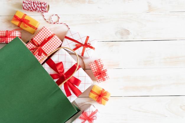 Geschenkverpakking en rode boodschappentas