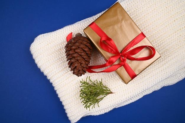 Geschenkverpakking en warme gebreide stof. hoge kwaliteit foto Premium Foto