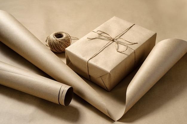 Geschenkverpakking in ambachtelijk papier. knutselpapier, doos, rol touw.