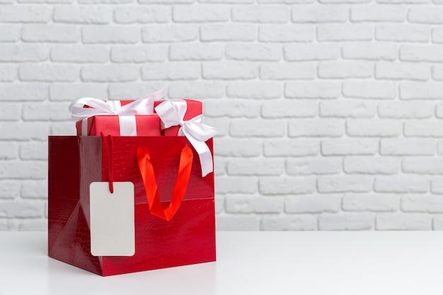 Geschenkverpakking in papieren boodschappentas
