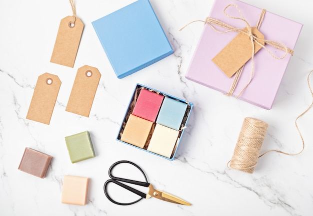 Geschenkverpakking met handgemaakte natuurlijke zeep. ethische, duurzame levensstijl zonder afval. diy, hobby, ambachtelijk idee voor een klein bedrijf. bovenaanzicht, model