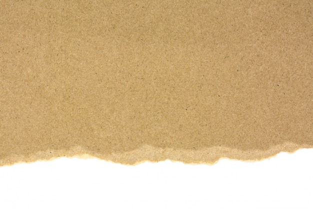 Gescheurd bij een bruin gerecycleerd die document op witte achtergrond wordt geïsoleerd