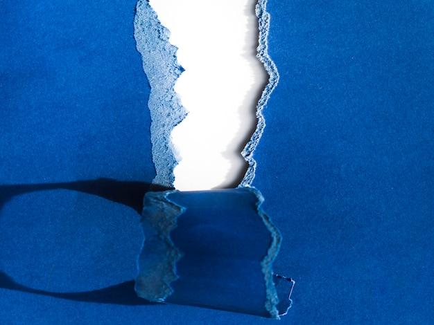 Gescheurd blauw papier