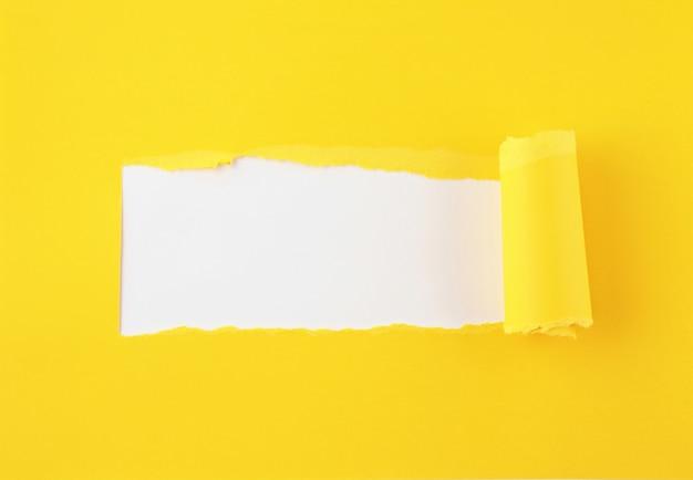 Gescheurd gekleurd papier, gat in de achtergrond van het vel papier
