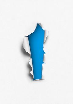 Gescheurd papier met blauw gat