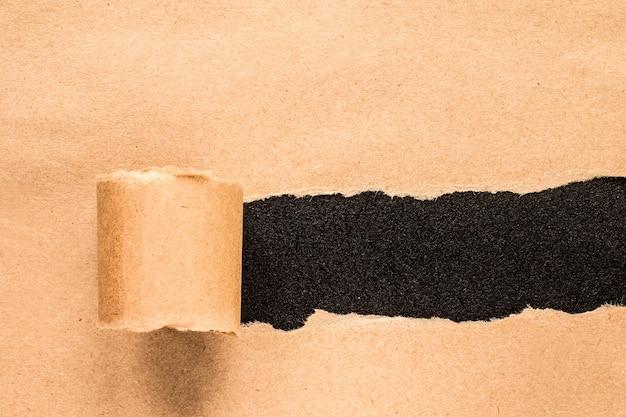 Gescheurd papier met ruimte voor tekst met zwarte achtergrond