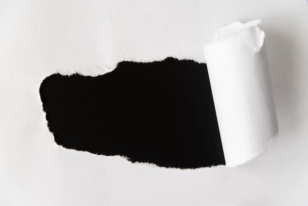 Gescheurd papier onthult zwart