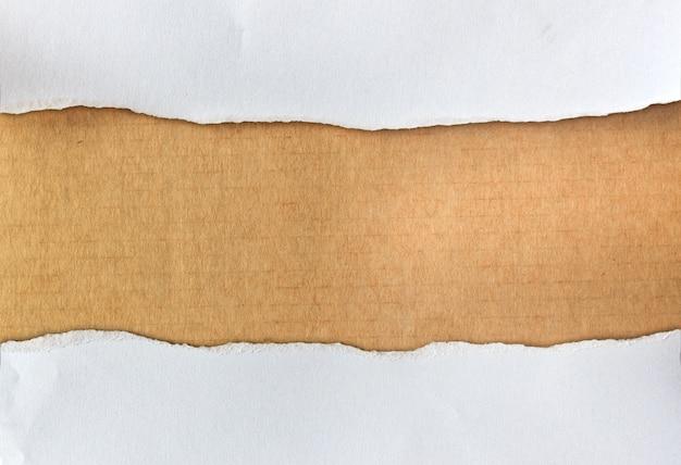 Gescheurd papier op bruin karton