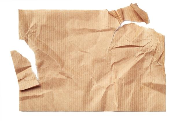 Gescheurd verfrommeld beige vel papier geïsoleerd op een witte achtergrond