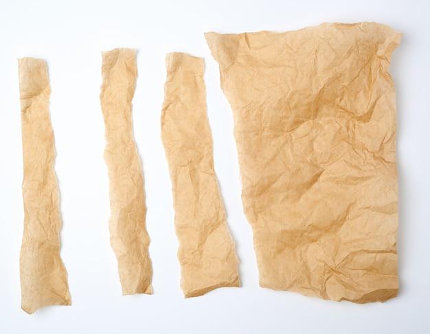 Gescheurde bruine stukjes perkamentpapier