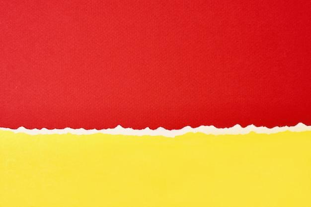 Gescheurde gescheurde papierrand met een kopie ruimte, rode en gele kleur