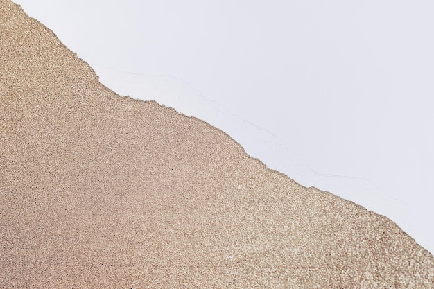 Gescheurde papieren koperen rand op diy glittery achtergrond