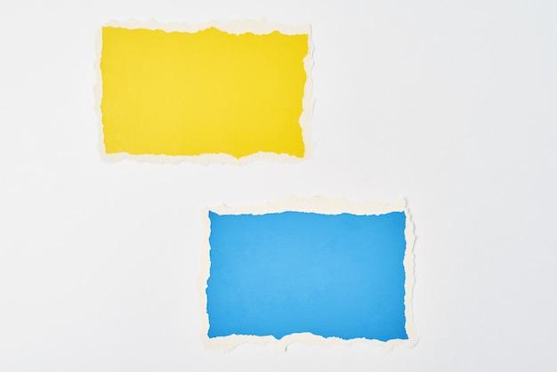 Gescheurde vellen van gekleurd papier met gescheurde randen