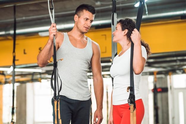 Geschikt paar die elkaar in gymnastiek bekijken