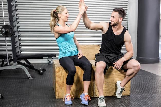 Geschikt paar die hoge vijf doen bij gymnastiek