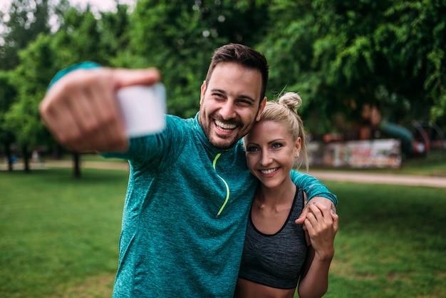 Geschikt paar die selfie nemen.