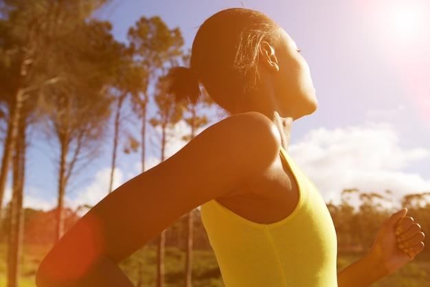 Geschikte afrikaanse vrouw die in openlucht op een zonnige dag loopt