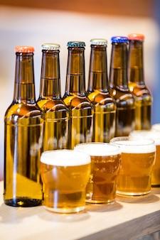 Geschikte bierglazen en flessen op de toog
