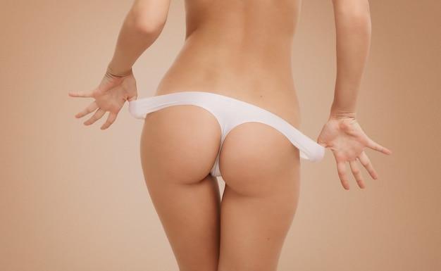 Geschikte vrouw die witte lingerie draagt