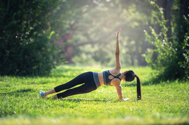 Geschiktheid, het concept die van de sportlevensstijl yogaoefeningen op matten in openlucht maken