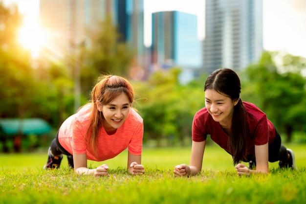 Geschiktheids aziatische vrouw die opdrukoefeningen doen