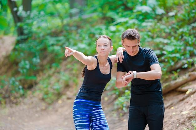 Geschiktheids gezonde levensstijl van jonge paren die voor marathon opleiden die buiten in park wordt in werking gesteld