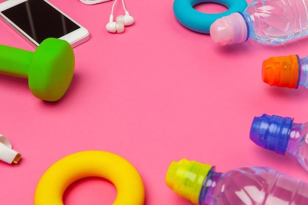 Geschiktheidsconcept met fles water, mobiele telefoon met oortelefoons