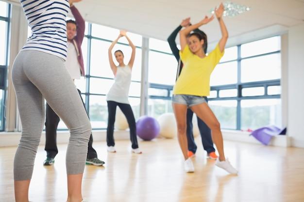 Geschiktheidsklasse en instructeur die pilates oefening doen